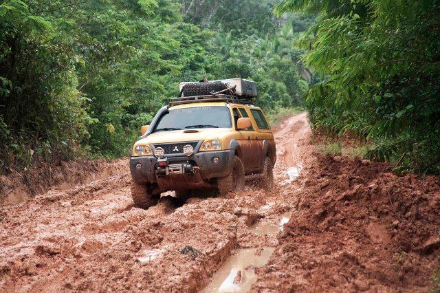 Nossa camionete treinando andar no barro na Transamazônica em março/2009