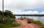 cruzando um riachinho na amazônia