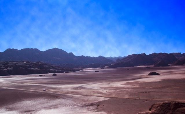 Branquela cruzando o Salar del Diablo, Puna Argentina
