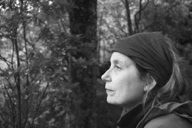 Rita no bosque em Queulat